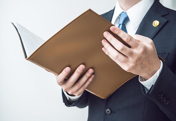 弁護士; 弁護; ファイル; 資料; 書類; 持つ; 手; 手元; パーツ; 裁判; 法律家; 弁護士事務所; 弁護士バッジ; 弁護士バッチ; ビジネス; ビジネスシーン; ビジネスマン; 仕事; 会社員; 社会人; ビジネスパーソン; 働く人; 働く男; 男性; 40代; 30代; 一般人; スーツ; ビジネスイメージ; ビジネスコンセプト; 人物; ボディパーツ; 顔なし; ボディーパーツ; 顔無し; パーツモデル; 日本人; クローズアップ;